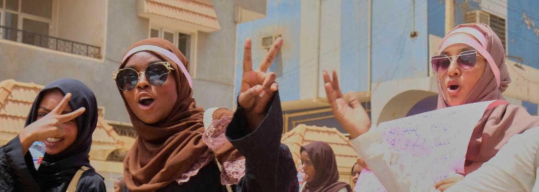 Des femme soudanaises font le V de la victoire.